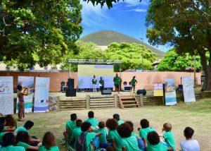 Grâce à la mise en voix des poèmes par des élèves et des comédiens, tous les jeunes participants au projet du Pacifique étaient représentés ce jour là dans les jqrdins du CREIPAC